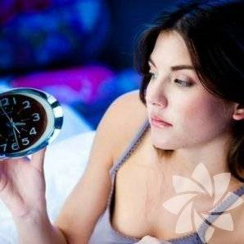 \nEğer akşamları uykuya dalmanız beş dakikadan az sürüyorsa, uykusuz kalmışsınız demektir. Normalde insanın 10 ila 15 dakika arasında uykuya dalması gerekiyor.