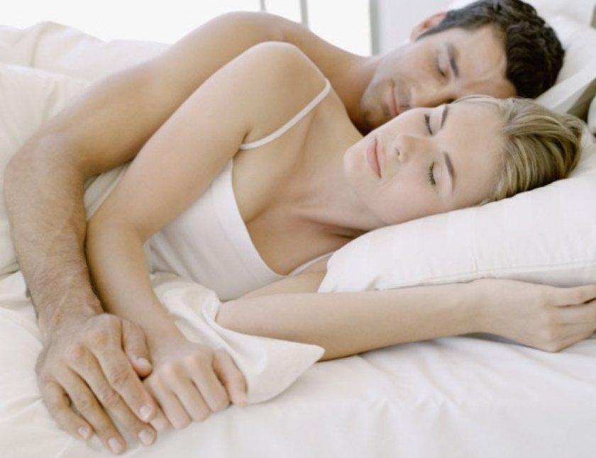 Araştırmalar kalitesiz uykunun çiftler üzerindeki olumsuz etkilerini ortaya çıkardı. \n