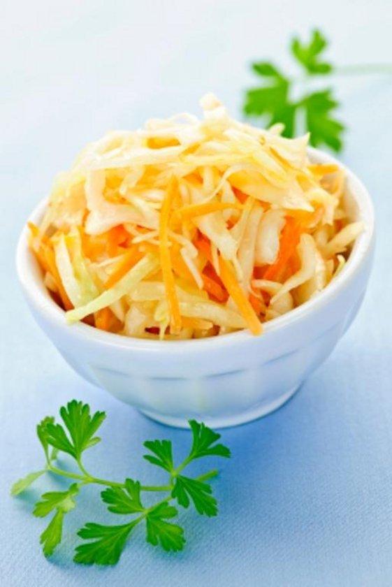 Dörtte bir lahanayı yıkayıp kalın şeritler halinde doğrayın. 1 kerevizi soyup doğrayın. 1 havucu temizleyip dilimleyin. Lahana, kereviz ve havucu katı meyve püresinde sıkıp sabah akşam suyunu için.