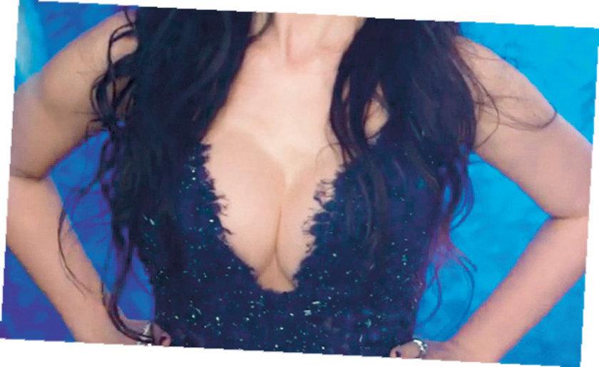 Klipte derin göğüs dekolteli bir kıyafet giyen güzel popçunun hayranları sosyal medyada göğüslerini Amerikalı şarkıcı Katy Perry'ye benzetmişti.