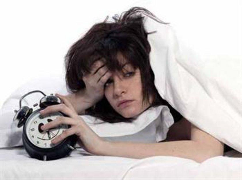 BİR RUTİNİNİZ OLSUN: Güzel bir uyku uyumak, bedeninizi ve ruhunuzu iyi bir gece uykusuna hazırlamak, dinlenip sakinleşmek için kendinize zaman ayırın. Uyku öncesi ritüeli yapmak için listeden birkaç şey seçin.