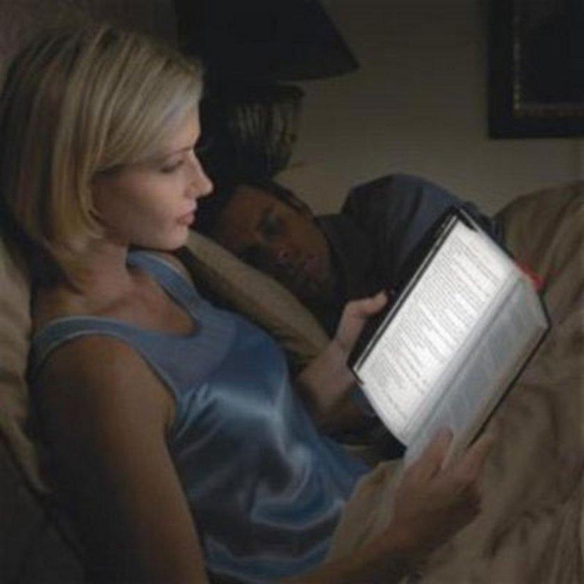 KİTAP OKUYUN: Yoğun bir günün heyecanını yatıştırmak için favori kitabınızı elinize alın.