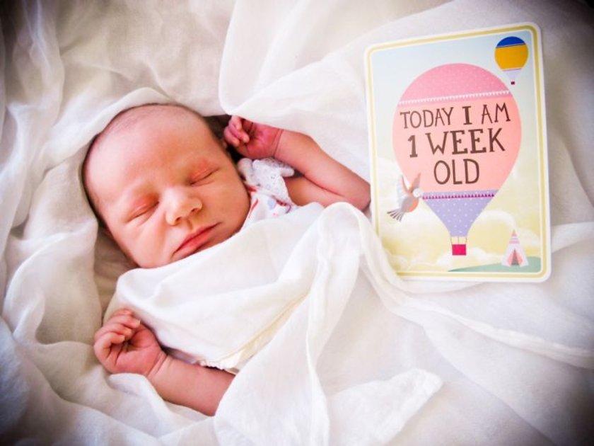 <p>Fotoğrafçı bir annenin kızı olan Maya, her hafta annesi tarafından fotoğraflanıyor... İşte Maya'nın büyüme serüveni!, Fotoğrafçı Lennart Nilsson 10 yılını harcayarak yaptığı çalışmada döllenmeden doğuma kadar embriyonun her halini fotoğrafladı.</p>\n<p>1 haftalık</p>