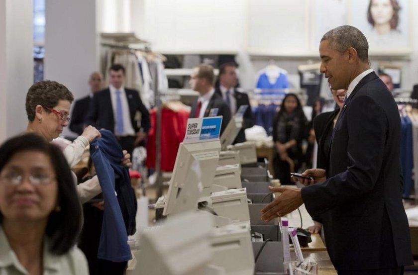 Alışverişini kredi kartıyla ödeyen Obama, mağaza çalışanlarıyla uzun süre sohbet etti.