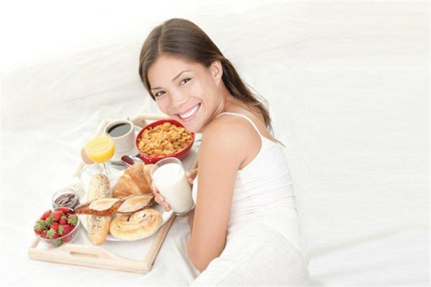 Kahvaltı günün en önemli öğünü olduğundan mutlaka kahvaltı yapın. Bu size gün içinde harcamanız gereken enerjiyi verecektir ve öğlen yemeğinde çok acıkmayacaksınız.