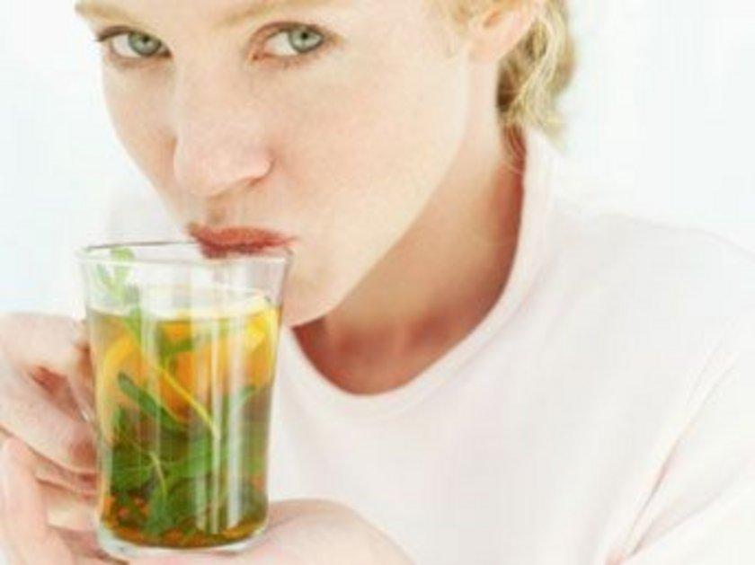 Yeşil çay için. Araştırmalar gösteriyor ki, yeşil çay içmek vücuttaki kalorilerin yakılmasında çok etkili. Günde 3 bardak yeşil çay içmeye çalışın.