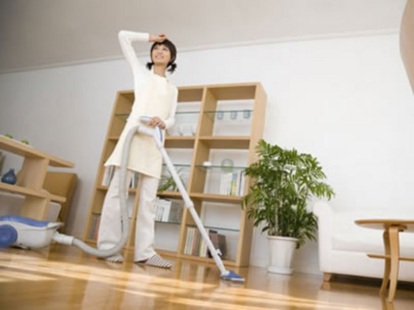 Ev işi yaparak da kalori yakmanız mümkün. Ufak tefek ev işleriyle uğraşın.\n