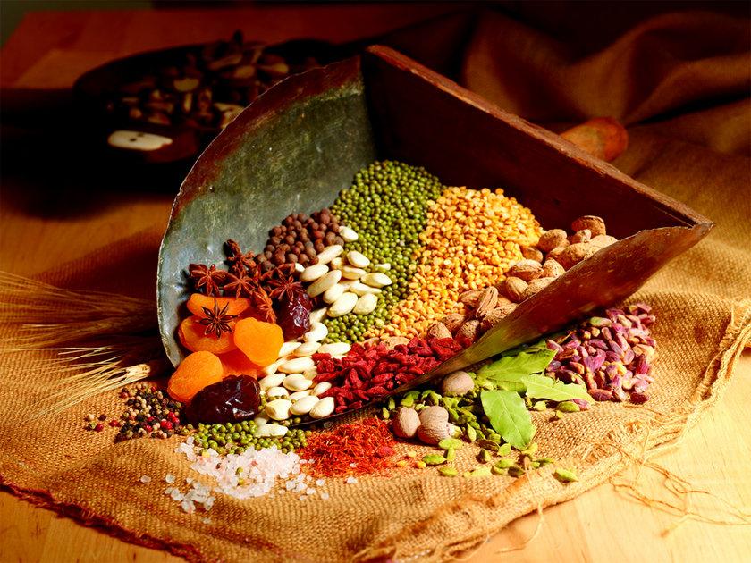 İşlenmemiş tahılları tercih edin...\n<br>Kahverengi pirinç, bulgur, kuskus gibi işlenmemiş tam tahıllı gıdaları tercih edin. Daha zengin bir lezzet istiyorsanız bunları pişirirken et suyu kullanın.