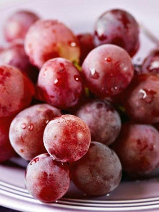 Kırmızı üzüm: İçeriğindeki yüksek antioksidantlardan dolayı kalp hastalıklarında olumlu etkisi vardır. Özellikle çekirdekli kuru kırmızı üzümün tüketimi önerilir.\n
