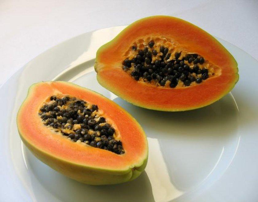 Papaya: Egzotik bir meyve olan papayanın içindeki sindirim sistemini düzene sokan enzimler kalp kaslarını korur, potasyum ise kalbi besler.