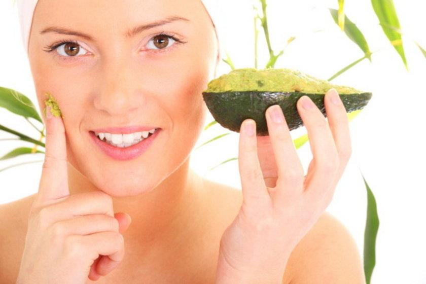 Kivi ile kolajen yapımı\n<br>Kivi'de çok fazla C vitamini vardır. İçindeki meyve asitleri de cildi yeniler. Peeling etkisi gösterir...