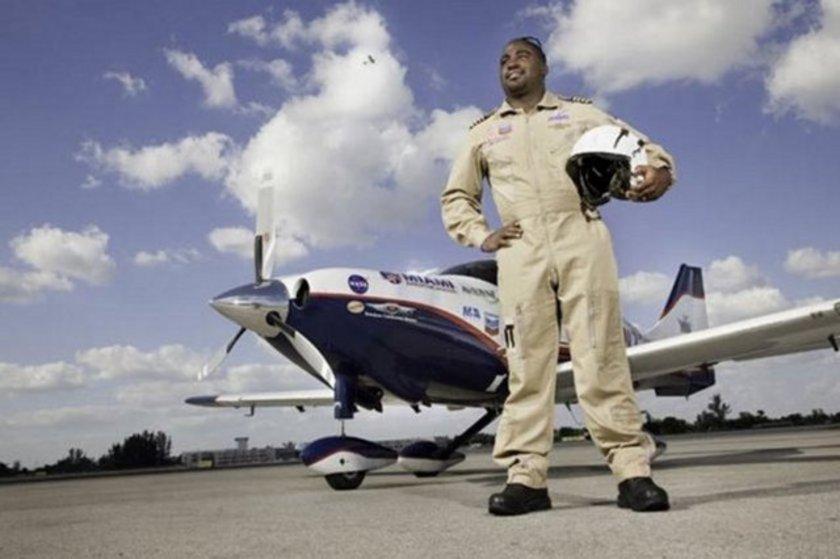 Jamaika asıllı ABD'li Barrington Irving Florida Memorial Üniversitesi'nde bir havacılık öğrencisi. 1983 doğumlu Irving'in 97 günlük uçusu aynı zamanda siyahi bir pilotun yaptığı ilk tek başına dünya turu oldu.