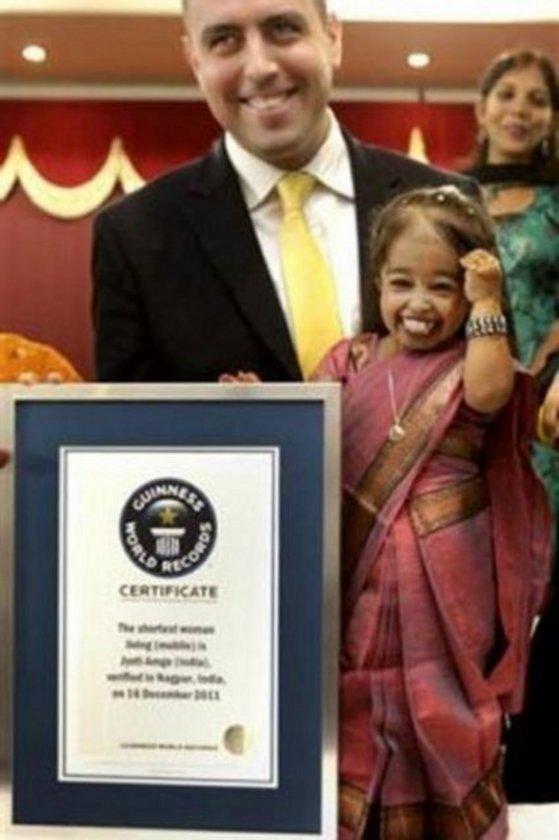 """Hindistan'da yaşayan 18 yaşındaki Jyoti Amge, """"dünyanın en kısa boylu kadını"""" ünvanını 62.8 santimetrelik boyuyla alarak Guinness Rekorlar Kitabı'na girdi."""