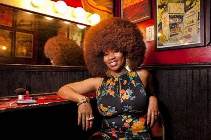 Dünyanın En Büyük Afro Saçı. ABD'li Aevin Dugas, dünyanın en büyük afro saçı rekorunu gururla taşıyor. Dugas'ın saçlarının çevresinin toplam uzunluğu 1.32 metre. Genç kadın her banyoda saçını açabilmek için 5 şişe saç kremi kullanıyor.