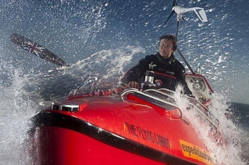 Bir okyanusu tek başına kürek çekerek geçen en genç insan 3 Aralık 1981 doğumlu İngiliz Oliver Hicks. Hicks'in Atlas Okyanusu'nun batısından doğusuna yaptığı bu yolcuşuk 123 gün 22 saat 8 dakika sürdü.