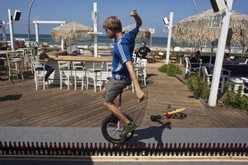 İsrail Tel Aviv'de 127 şişe üzerinde ilginç bir rekora imza atıldı. 25 yaşındaki Alman Lutz Eichholz, tek tekerlekli sirk bisikletiyle, dik olarak yan yana dizilen 127 bira şişesinin üzerinde tam 8.93 metre yol yaptı. Böylece Eichholz, rekoru kırdı.