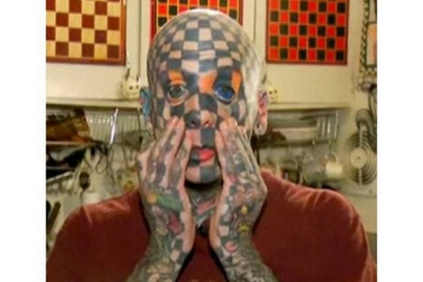 Vücudunun yüzde 98'i dövmelerle kaplıydı ama o yetinmedi,göz aklarına da mürekkep enjekte etti.Amerika'nın Oregon eyaletinde yaşayan Matt Gone, 'İnsan dama tahtası' olarak biliniyor. Göz aklarına mürekkep enjekte eden Gone'un şimdi bir gözü tamamen mavi.