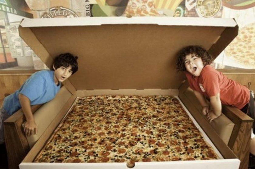 Los Angeles'ta bulunan Big Baba's and Papa's pizzacısının 1.37x1.37 metrelik pizzası bu rekoru elinde tutuyor. 199.99 dolara satılan bi pizza 100 kişiyi doyurabilecek kadar büyük. Eğer 24 saat öncesinden sipariş ederseniz, evinize servis de yapıyorlar.