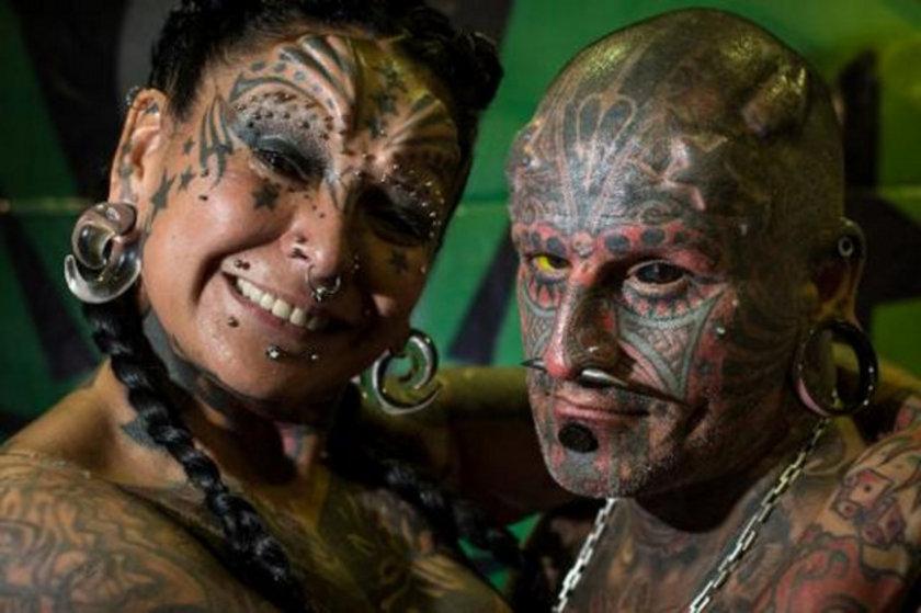 Gabriela Peralta'nın vücudunun yüzde 65'i, Victor Peralta'nın ise yüzde 90'ı dövmeyle kaplı. İkilinin vücutlarındaki piercing sayısı 50, implant sayısı 11, dişlerindeki implant sayısı ise beş.