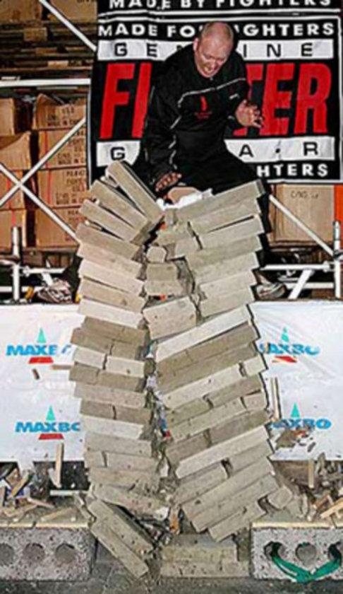 20 Ocak 2007 tarihinde Norveçli Narve Laeret tek vuruş ile 21 beton bloğu tek seferde kırmayı başardı.