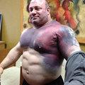 Bir süre sonra sporcunun vücudu kaldırdığı ağırların etkisiyle bu hale geliyor.