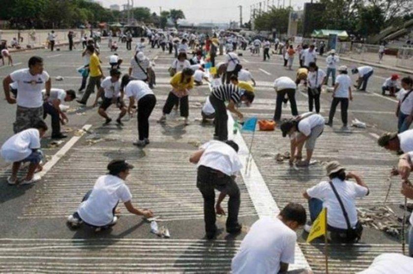 Filipinler'in başkenti Manila'nın Quirino Parkı'nda bin gönüllü en ilginç rekorlardan birini gerçekleştirdi. Dünyanın madeni paralardan yapılan en uzun şeridini ören bin gönüllü, 64.8 kilometre ile Amerika'ya ait olan rekoru 70 kilometreye çıkardı.