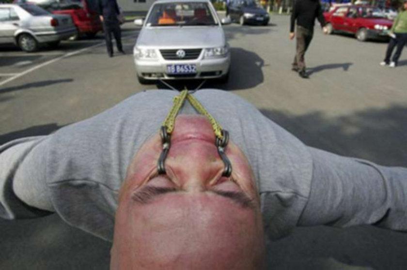 Bir Çinli olan Dong Changsheng 26 Eylül 2006 tarihinde 1.5 ton ağırlığındaki bir aracı sadece alt göz kapaklarına yerleştirilmiş özel bir kanca sistemi ile 1 cm. çekmeyi başardı. Dong bu rekora 'chi-kong' adı verilen özel bir antrenman ile hazırlandı.