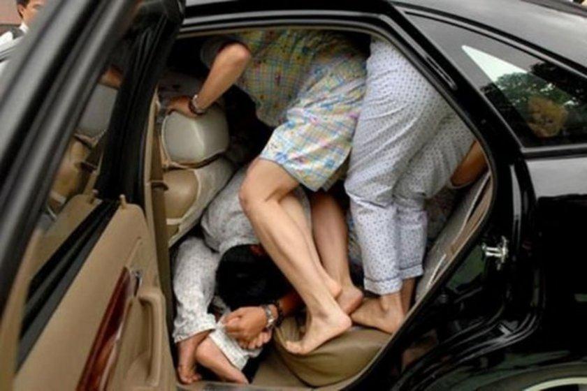 Çinliler bir arabaya en fazla kaç kişi sığar rekoru kırmak için kızlı erkekli arabaya doluştular ama rekoru kıramadılar.