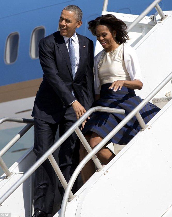 Rüzgarın etkisiyle uçuşan eşinin eteğini elleriyle kontrol eden Barack Obama böylece First Lady'nin frikik vermesini engellemiş oldu.