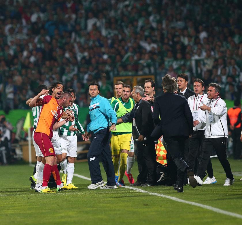 İki takım yedek kulübeleri de sahaya girerek, futbolcuları sakinleştirmeye çalıştı. \nBursaspor Teknik Direktörü İrfan Buz, Burak Yılmaz'a tepki gösterirken, Galatasaray Teknik Direktörü Roberto Mancini futbolcusunu tartışmanın içinden çekerek uzaklaştırdı
