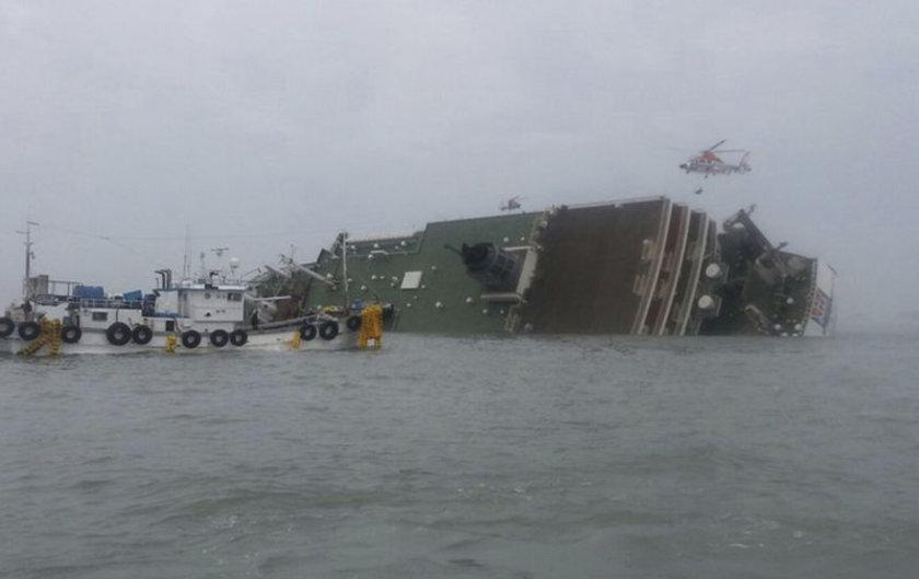 Güney Kore'de 459 kişi taşıyan feribot, henüz bilinmeyen bir sebeple sulara gömüldü. Kurtarma ekipleri en az 179 yolcuyu kıyıya çıkarttı. 9 yolcu ölü bulundu.