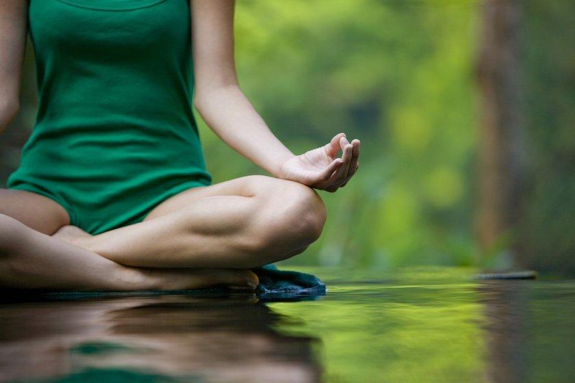 Ayrıca yoga, akupunktur ve masajda saç dökülmesine karşı iyi gelen yöntemler olarak biliniyor.