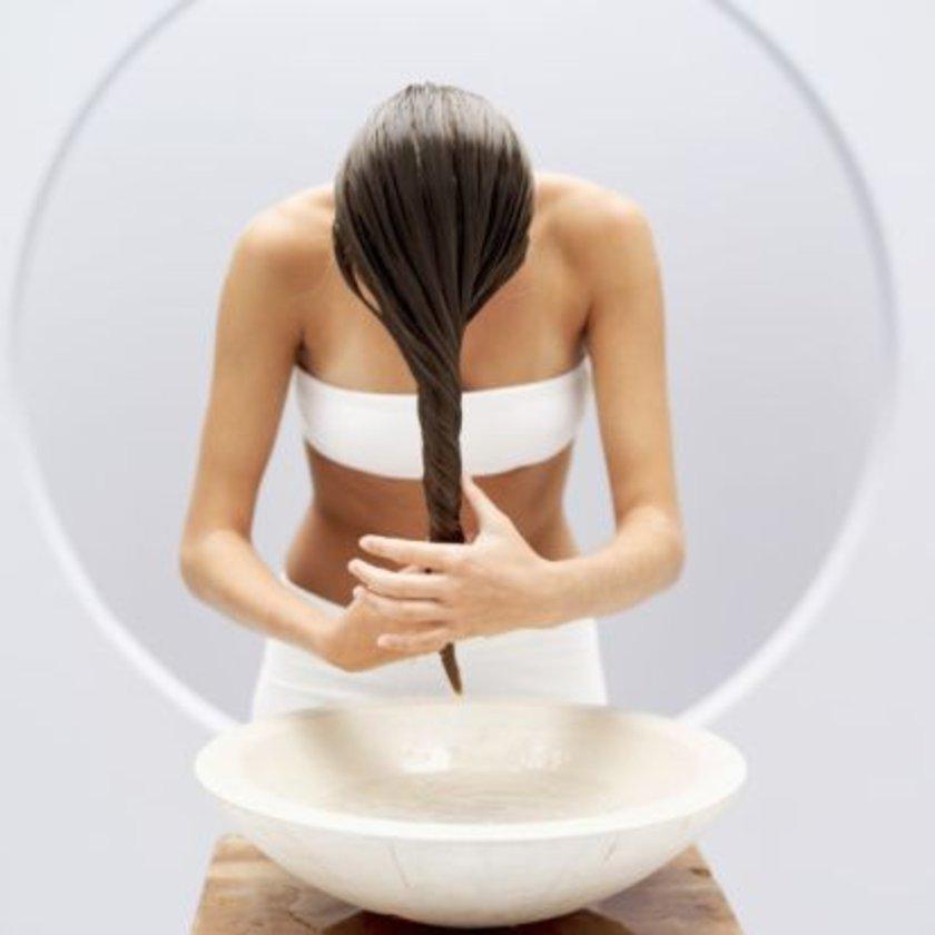 Saçlar çok sıcak suda yıkanmamalı, yıkadıktan sonra argan yağı gibi bir nemlendirici kullanılmalıdır.