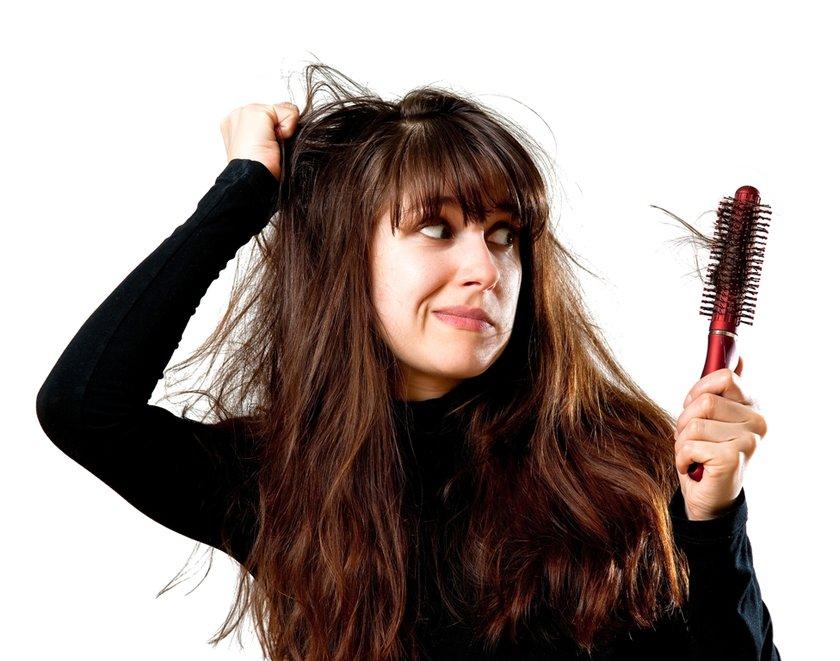 Ayrıca psikolojik sebeplerle oluşan saç çekme hastalığıyla ve saçları sıkı toplama şekliyle de bazı alanlarda saç dökülmesi olabilir!