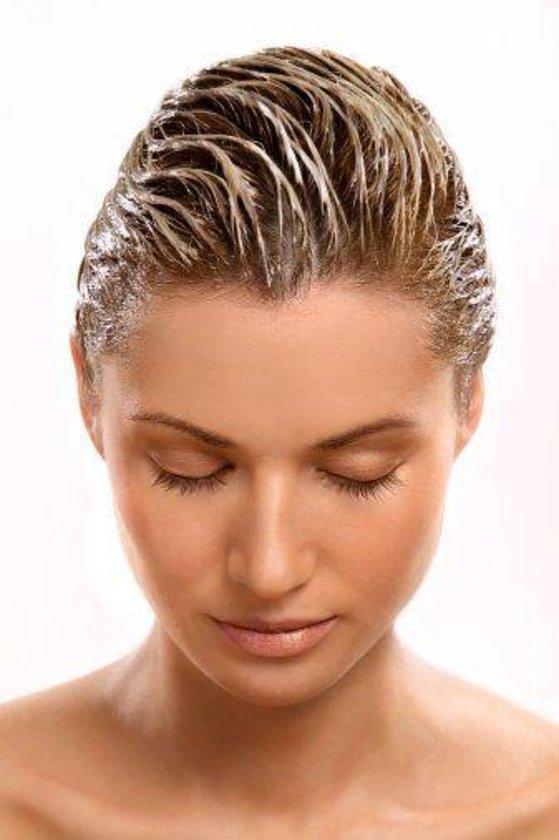 Yard. Doç. Dr. Zahide Eriç: Ani saç kaybı psikiyatrik bir sebeple, ameliyat sonrası veya geçirilen bir hastalık sebebiyle olabilir.