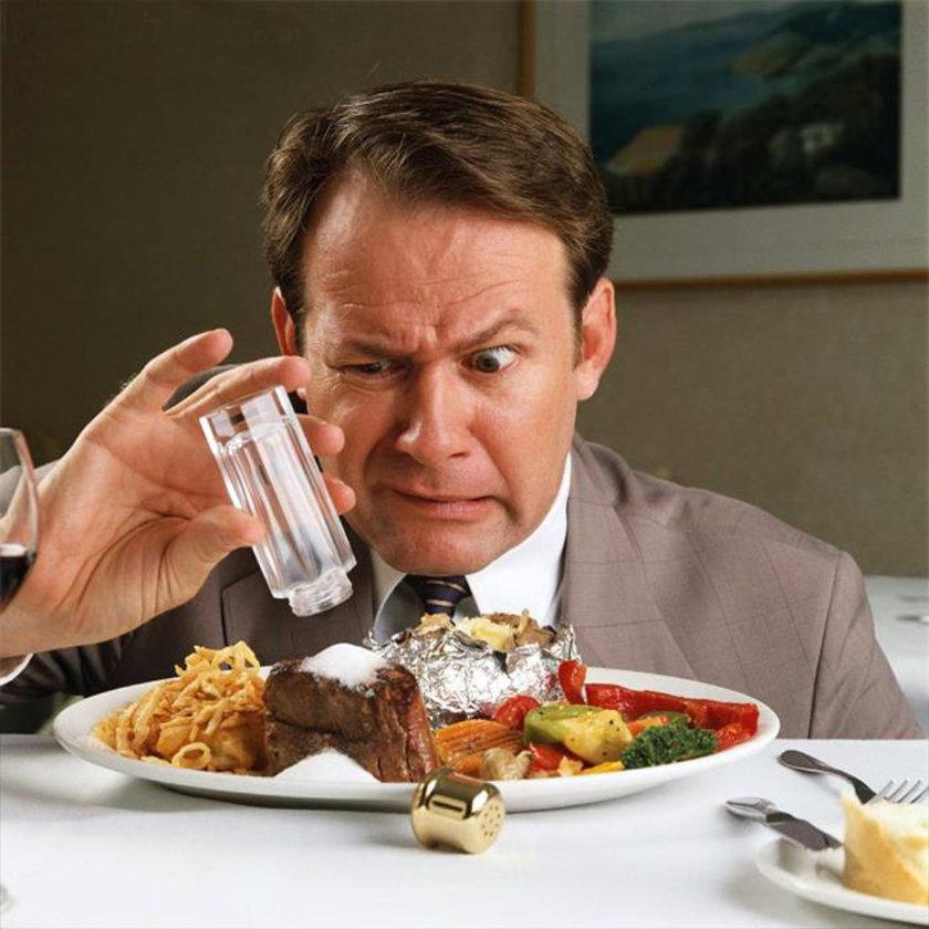 Yemeğin tadına bile bakmadan elimize tuzluğu almayalım...\n<br>Tuzsuz ekmek yiyelim...\n<br>Konserve, turşudan uzak duralım, özellikle turşu çok tuzludur... \n<br>Salamura besinleri tüketmeyelim...\n<br>Tuzu azaltılmış peynir yiyelim...\n