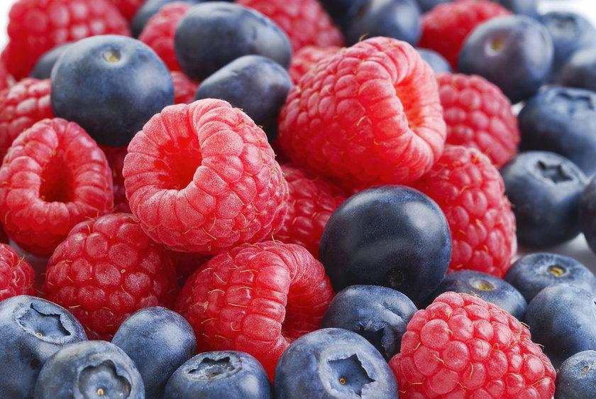 <b>Kırmız ve siyah meyveler:</b> Antioksidan maddelerden oldukça zengin oldukları için, oksidatif hasarı ortadan kaldırarak, hücre ve damarlardaki hasarın önüne geçerler.