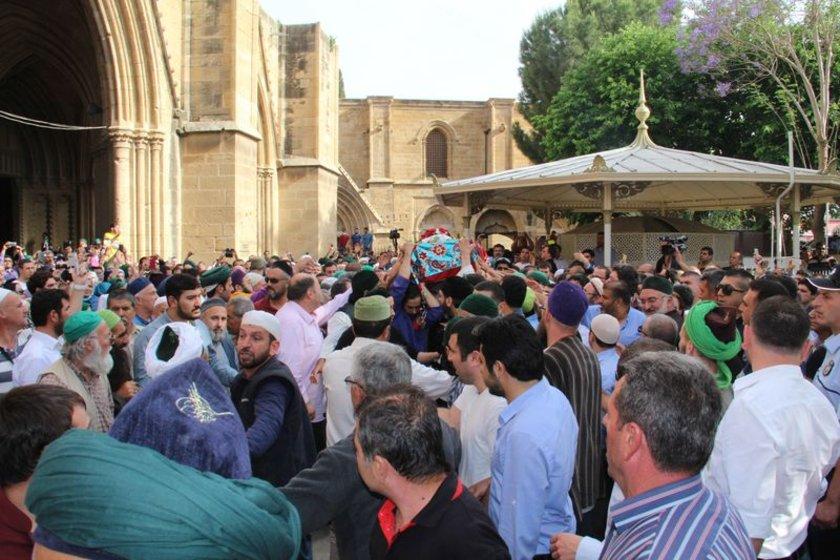 Kıbrısi, Lefke'nin girişinden itibaren omuzlara alınarak dergahına tekbirler eşliğinde götürüldü.