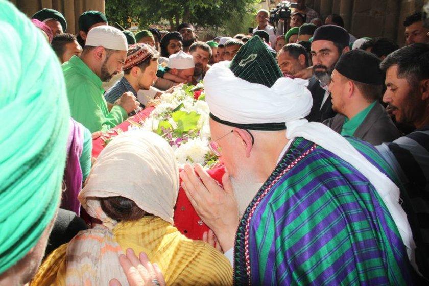 Bugün öğle saatlerinde hayatını kaybeden Şeyh Nazım Kıbrısi'nin naaşı, Selimiye Camii'nde kılınan ikindi namazının ardından Lefke'ye getirildi. \n