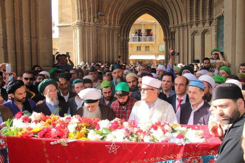 Kıbrısi'nin cenazesi, dualar eşliğinde dergah bahçesine defnedilirken, çok sayıda basın mensubu da izledi.
