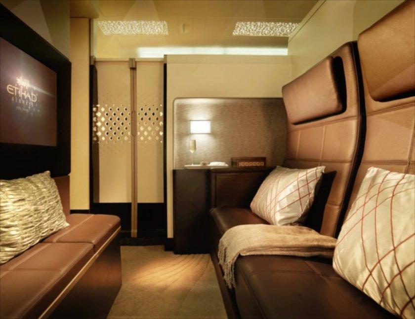 Dünyanın en lüks uçuşu<br>Etihad Havayolları, yeni alacağı ve dünyanın en büyük yolcu uçağı olan Airbus A380'ler ve Boeing 787 Dreamliner'lara ultra lüks kabinler kuracağını açıkladı ve bunu basına tanıttı...