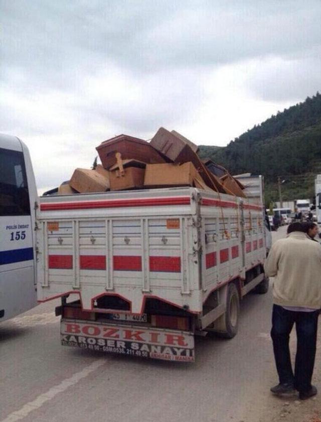 Çevre illerden temin edilen tabutlar kamyonlarla bölgeye götürülüyor.