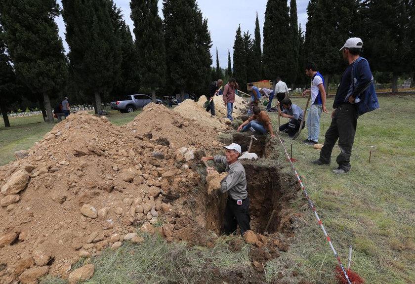 Manisa'nın Soma ilçesindeki maden ocağında meydana gelen facia sonrası hayatını kaybedenler için, Soma Belediyesi, yan yana mezarlar kazıyor.