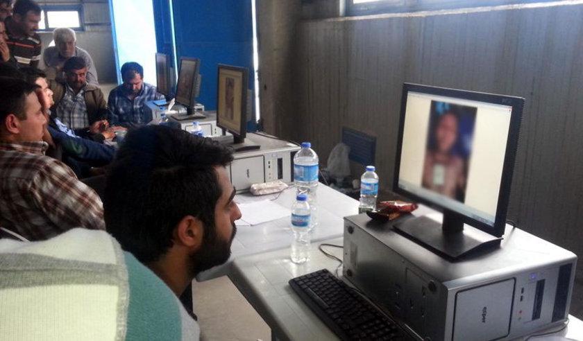 otoğraflar, bilgisayarların yanı sıra projeksiyon cihazıyla perdeye yansıtılarak da izletildi.