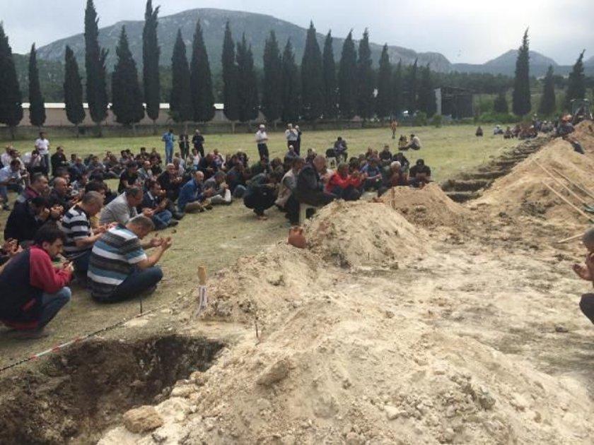 Ailelerin bu isteği üzerine ilçe mezarlığındaki bir paftada 300 mezar yeri kazılması için kepçeyle çalışmalara başlandı.