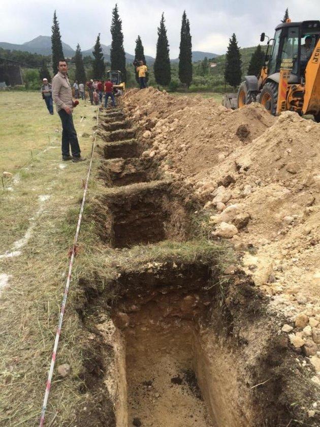 Maden şehitlerinden 3'ü dün öğlen, bu mezarlarda yan yana toprağa verildi.
