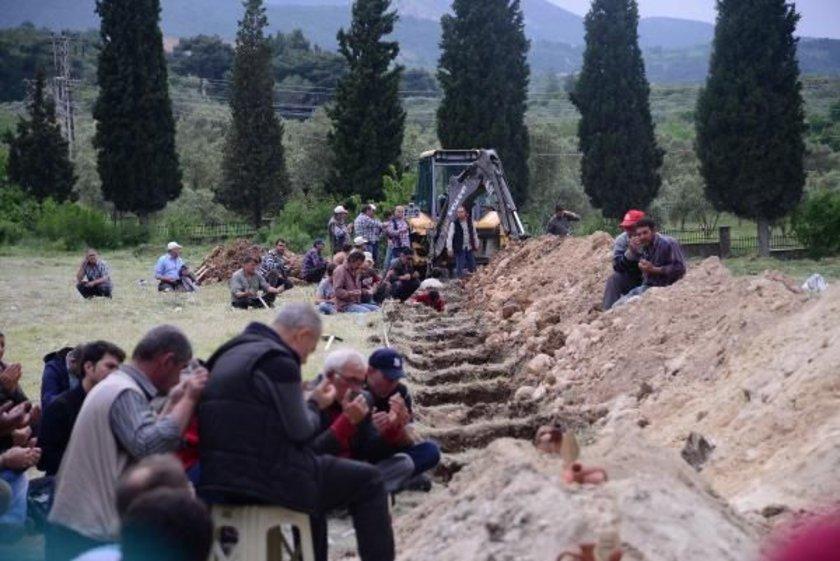 Kazılan ilk mezar yerlerinden üçüne dün öğlen, kılınan namazın ardından madencilerden İsmail Cambal, Ferhat Tokgöz, Şaban İlgi'nin cenazeleri yan yana toprağa verildi.