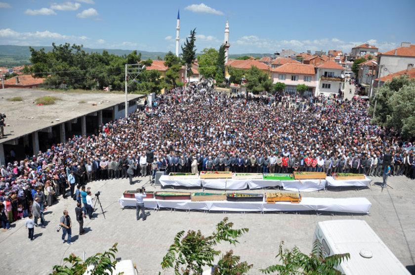 Burada belediyeye ait soğuk hava deposunda bekletilen 11 işçi için, ailelerin isteği üzerine Zafer Meydanı'nda toplu cenaze töreni düzenlendi.