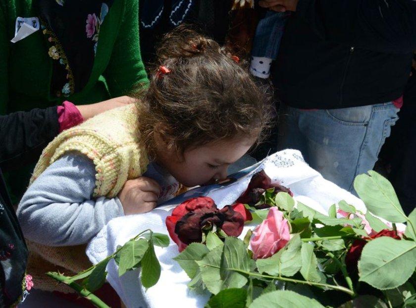 <b>SEDAT TOPRAK</b>Somadaki maden ocağı faciasında babası Sedat Toprak'ı kaybeden 2 yaşındaki Hira Nur, babasını son yolculuğuna öpücüklerle uğurladı.