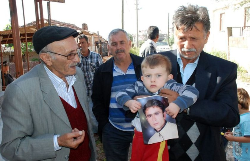 4 yıl önce kardeşleri Murat Demirel ve Cengiz Demirel ile Soma'daki kömür madeninde işe başlayan Erdal Demirel, eşini ve 3 yaşındaki oğlunu ailesine bırakarak ekmek mücadelesine girişti.